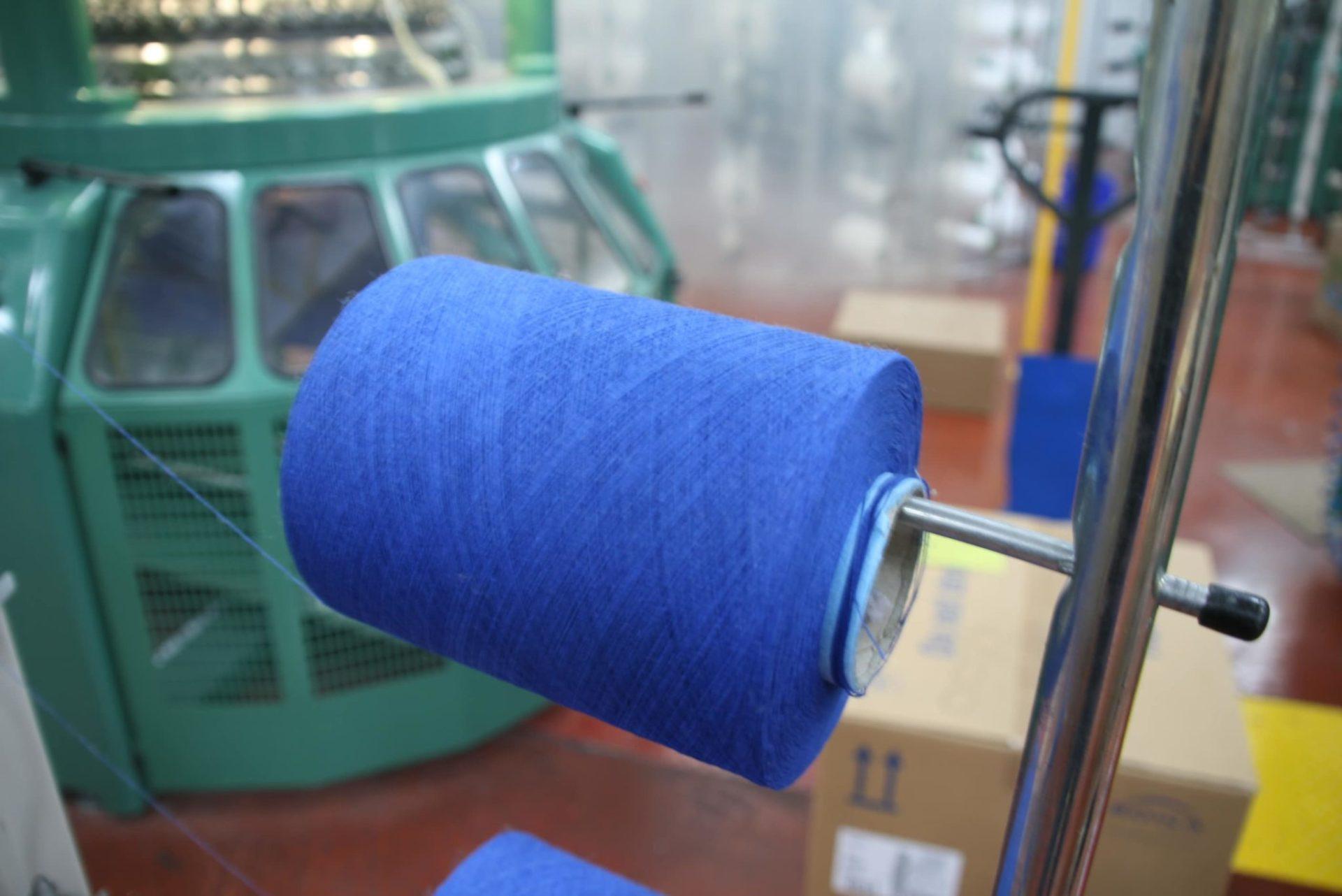 Bobine de fil 100% recyclé pendant le tricotage du molleton
